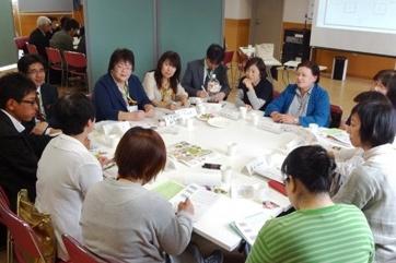 地域ごと8グループの分散会で活発な交流がおこなわれました