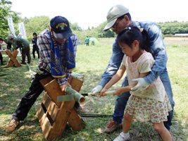 子どもたちが竹を切ってコップや竹笛を作りました