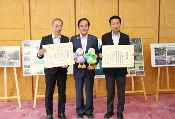 左から、コープみらい財団理事長の小林新治、埼玉県の上田清司知事、コープみらい財団事務局の太田均