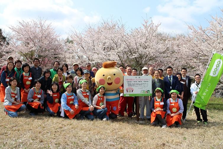出展者の皆さんと桜の前で記念撮影