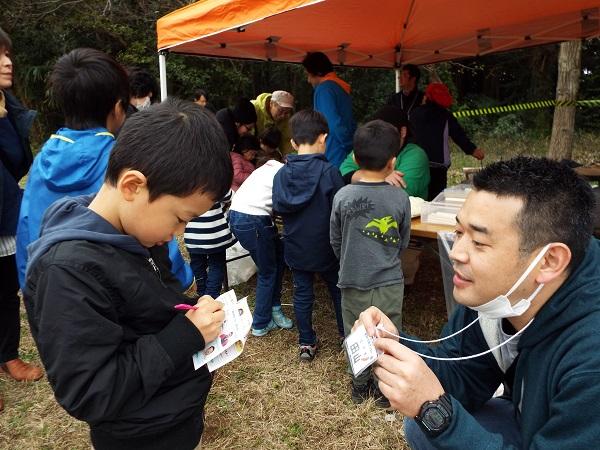 野菜クイズ探検ラリーで、生産者にインタビュー。